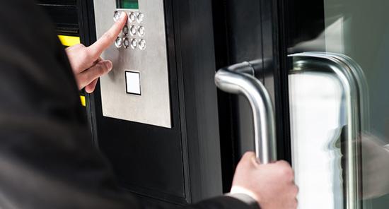 従業員の出入りは暗証番号やカードで認証